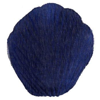 Blütenblatt mit Blatt aus marineblauen Stoff