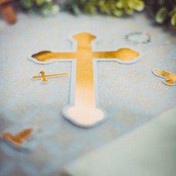 6 Deko von Tisch Eukalyptus Kreuz und Goldene Tauben
