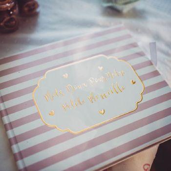 Goldenes Buch kleines rosa Wunder