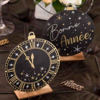 Dekoration zur Pose Uhr Happy New Year schwarz und gold